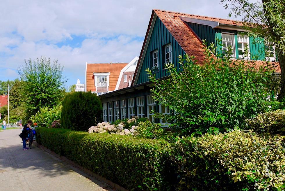 Spiekeroog - Urige Häuser im Dorf: weiße Fenster, grüne Holzverkleidung, rote Dächer - Ostfriesische Inseln