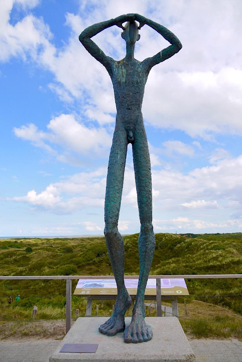 Spiekeroog - Utkieker: große Bronzeskulptur in den Dünen wacht über die Insel - Ostfriesische Inseln