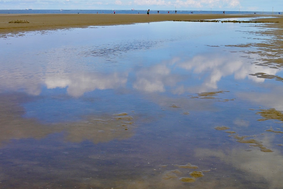 Spiekeroog - Wolkenspiegelungen in den Prielen am Strand - Ostfriesische Inseln