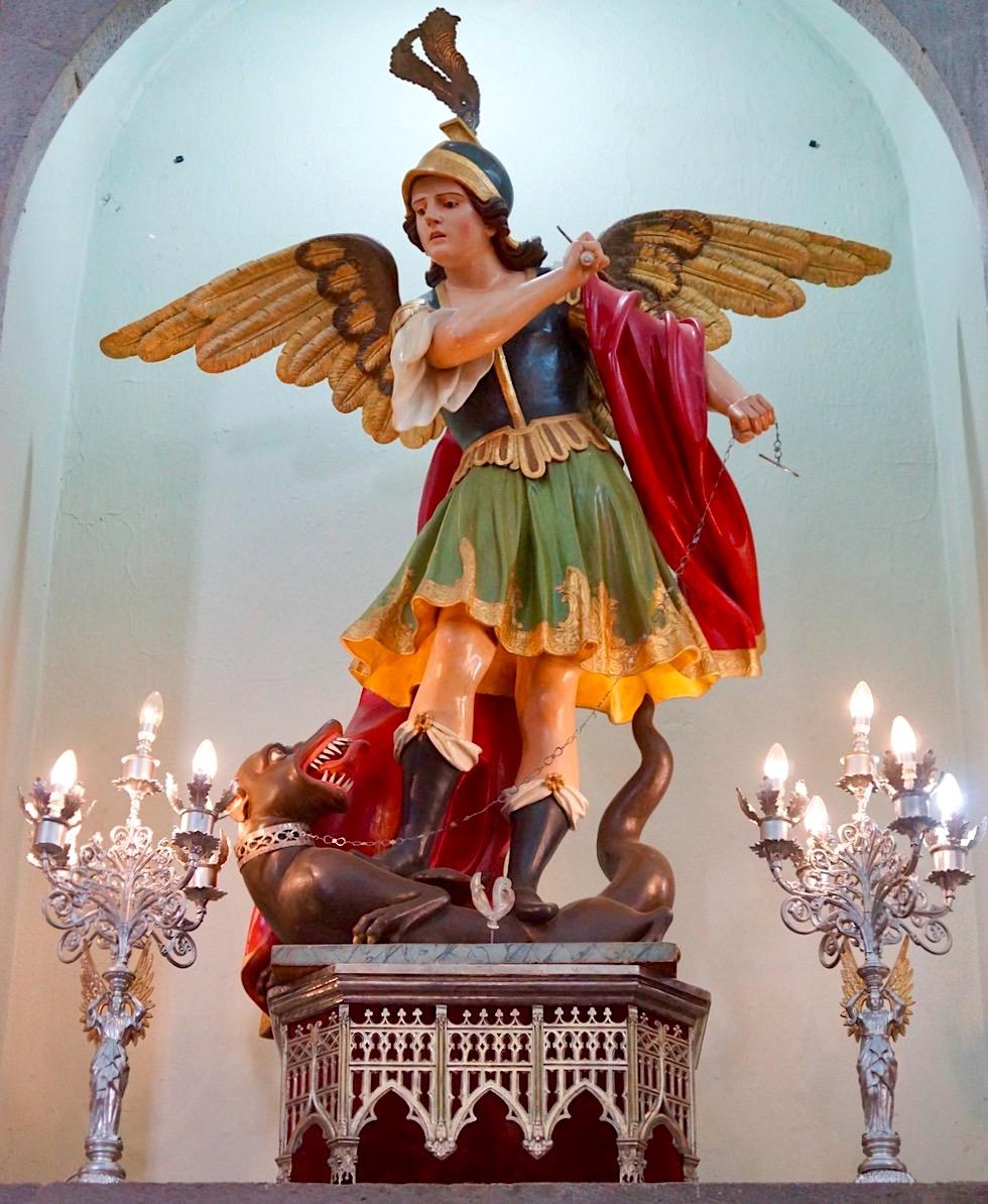 Valsequillo - Kirche San Miguel: Erzengel Michael mit Hund zu seinen Füßen - Gran Canaria