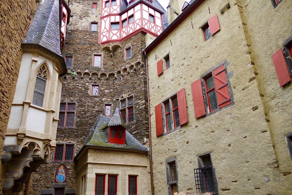 Burg Eltz - Faszinierender Innenhof - Wierschem - Rheinland-Pfalz