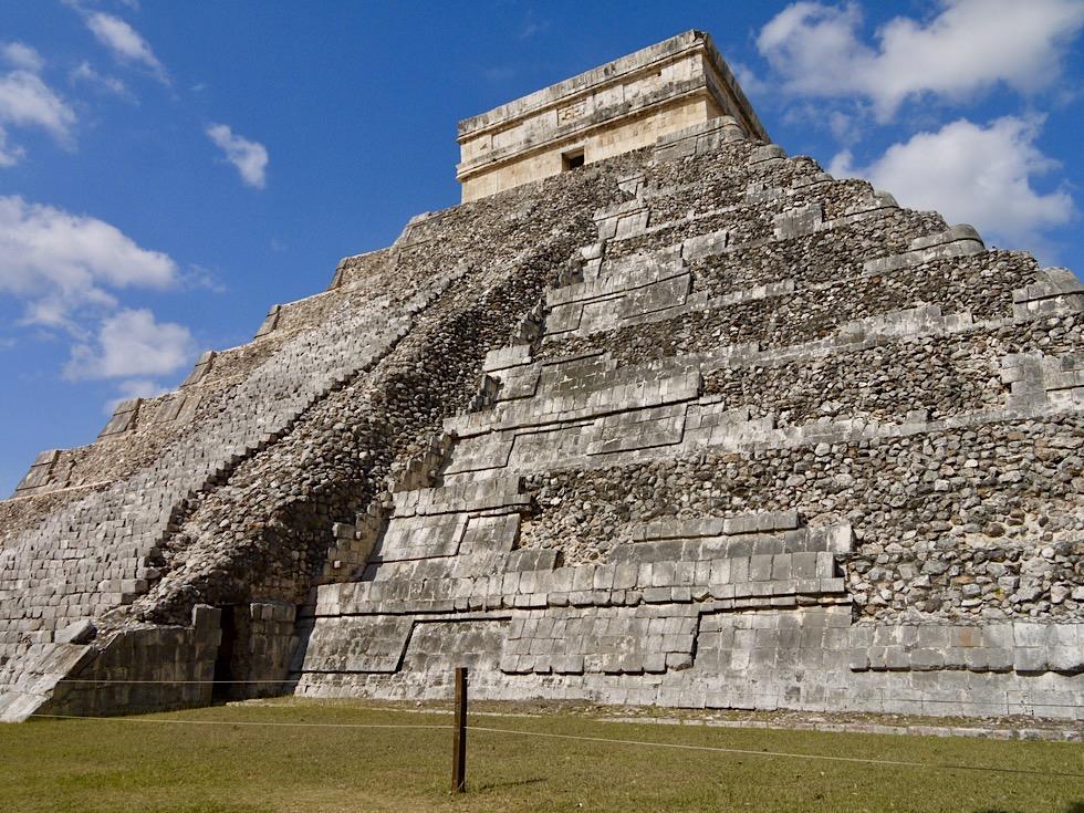 Wahrzeichen von Chichen Itza: El Castillo oder Pyramide Kukulkan - Yucatan - Mexiko