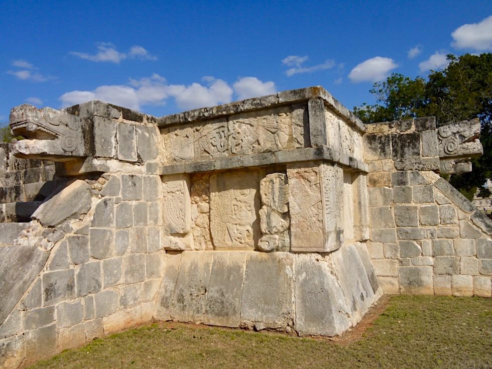 Chichen Itza - Plattform der Adler und Jaguare mit faszinierenden Reliefs & Skulpturen - Yucatan - Mexiko