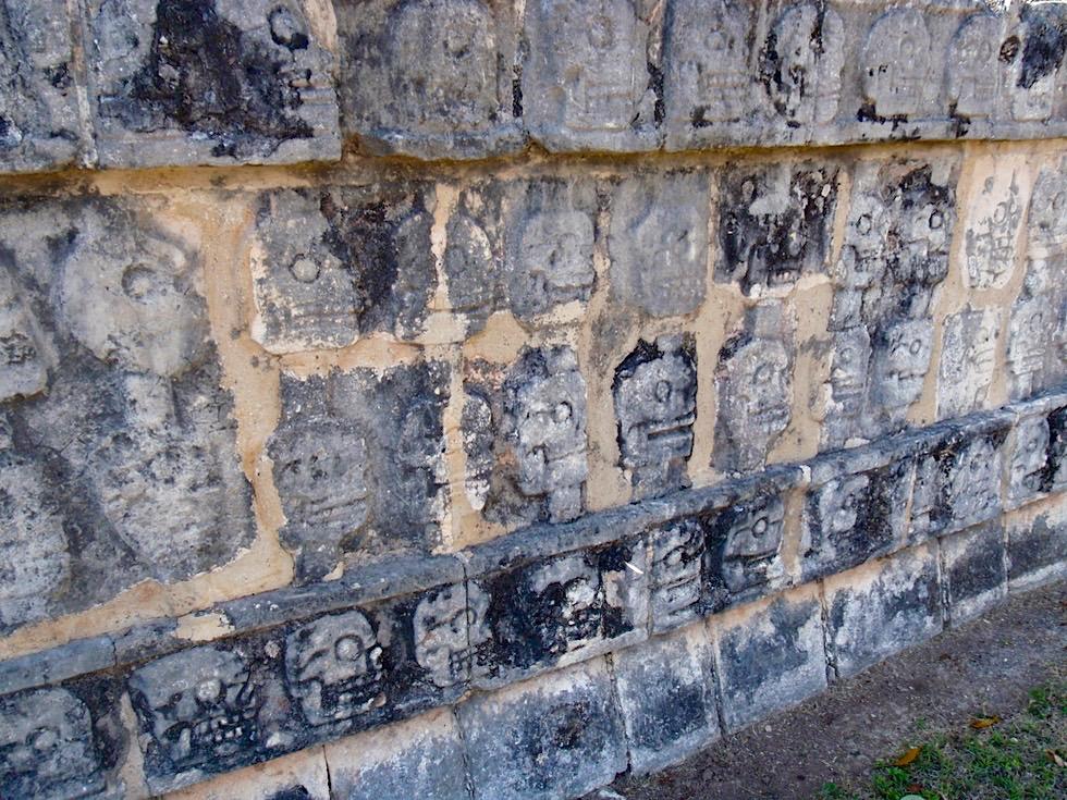 Chichen Itza - Tzompantli: Außenwände mit Totenschädeln - Yucatan - Mexiko