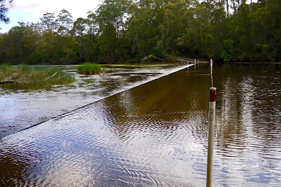 Clyde River Shallow Crossing - Betonweg: Straße im Fluss - New South Wales
