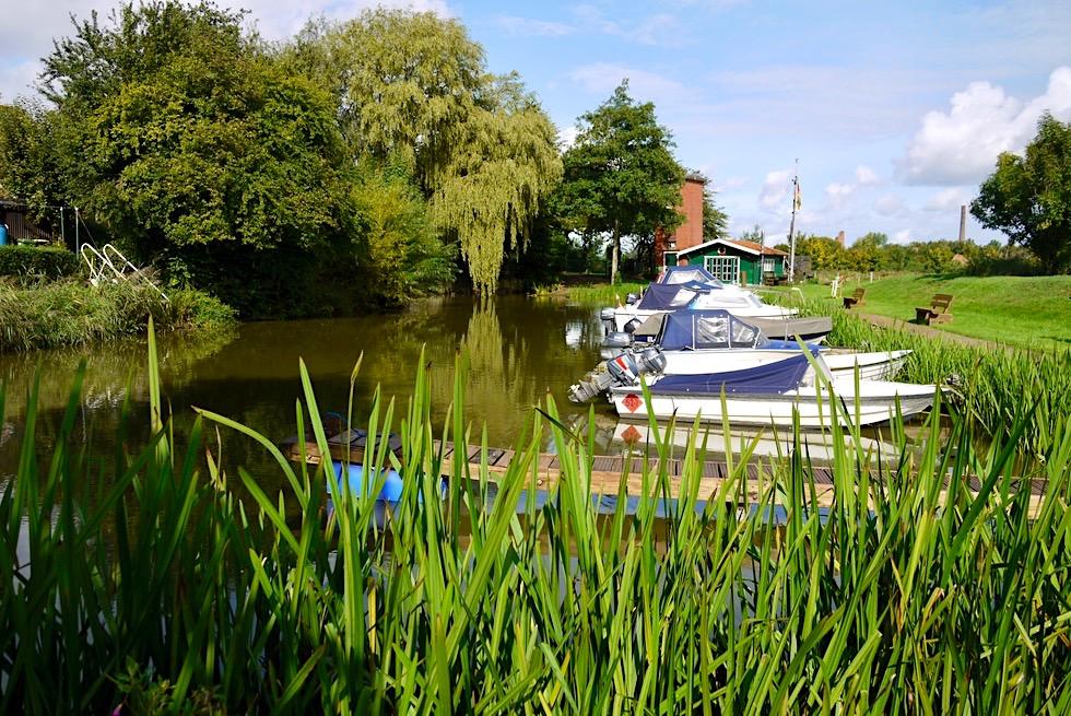 Das Warfendorf Pilsum ist auch mit Boot oder Kanu erreichbar - Bootsanleger - Krummhörn - Ostfriesland