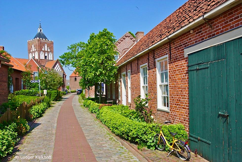 Schönes Warfendorf Pilsum - Dorfstrasse mit Blick auf Kirchturm - Krummhörn - Ostfriesland