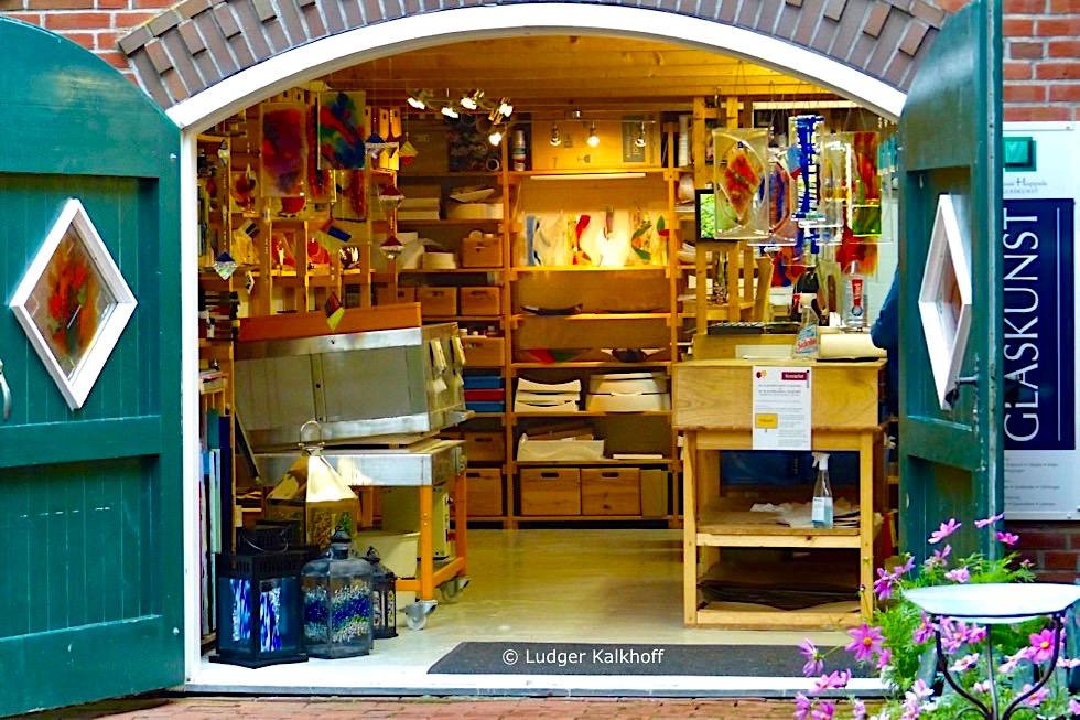 Warfendorf Pilsum - Glaskunst Laden: es ist wenig von der einst quirligen Handwerks- & Kaufleutestadt übriggeblieben - Krummhörn - Ostfriesland