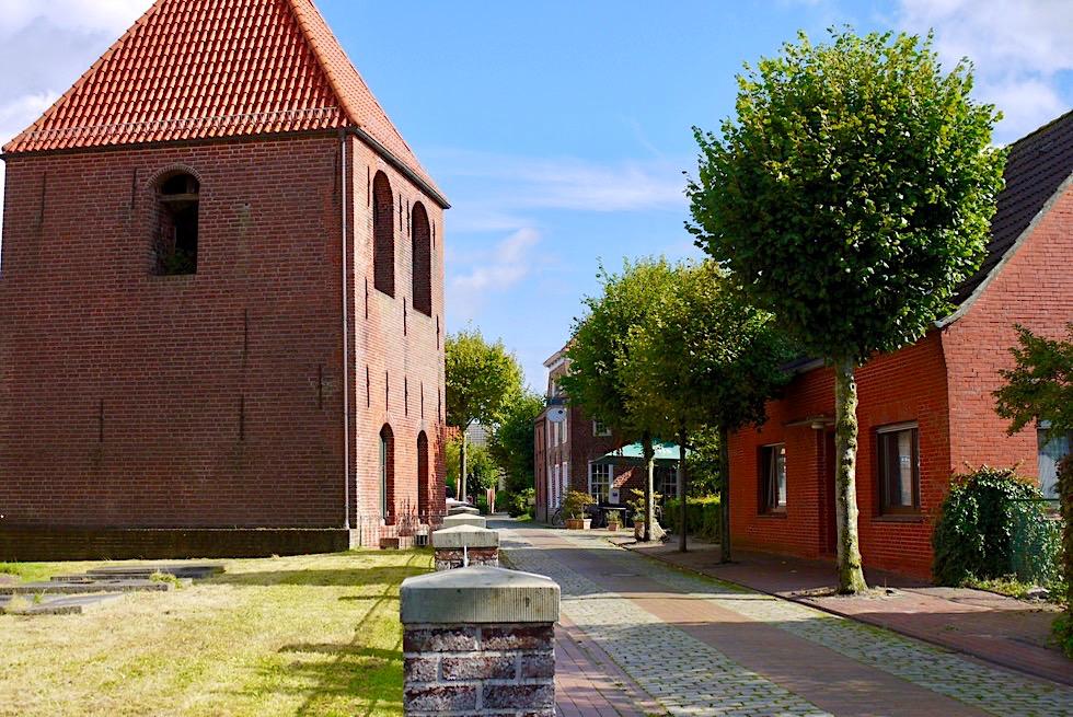 Warfendorf Pilsum - Extra Glockenturm, weil der Turm der Kreuzkirche die Glocken nicht tragen konnte - Krummhörn - Ostfriesland