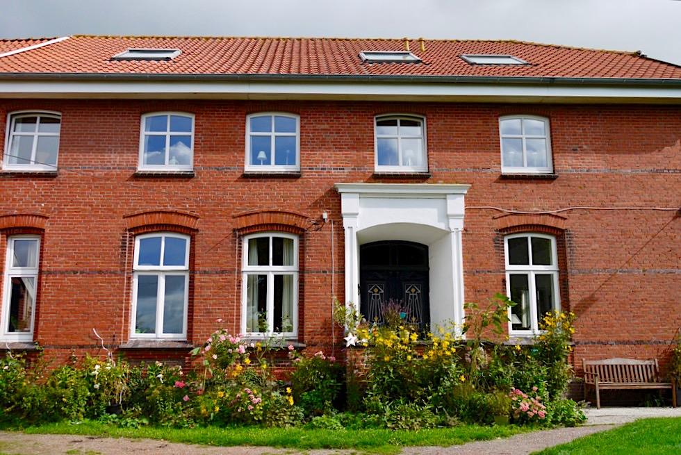 Typisches Warfendorf: Pilsum - Wunderschöner Gulfhof mit vielen Blumen - Krummhörn - Ostfriesland