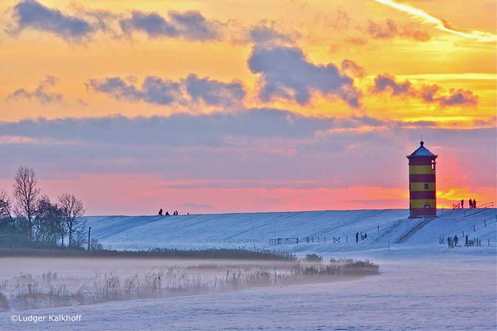 Einzigartig schön: Pilsumer Leuchtturm im Winter bei Schnee & furiosem Sonnenuntergang - Krummhörn - Ostfriesland