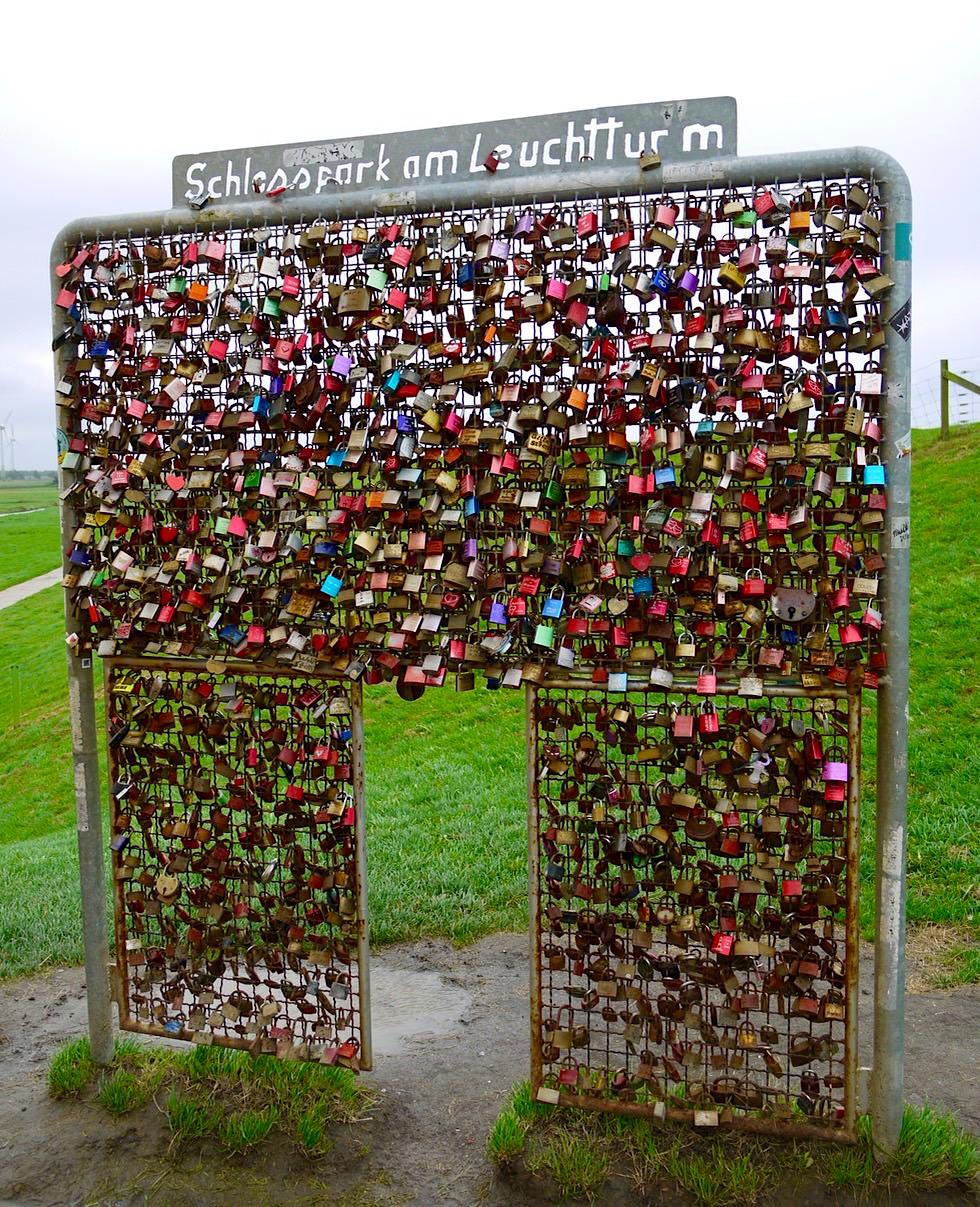 Voller Liebesschlösser: Schlosspark am Pilsumer Leuchtturm - Krummhörn - Ostfriesland