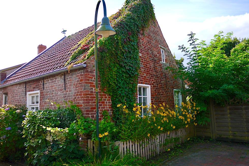 Warfendorf Pilsum - Historische Häuser: Gulfhöfe & Landarbeiterhäuser - Krummhörn - Ostfriesland
