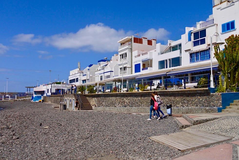 Agaete - Strandpromenade: steiniger Strand & weiß-blaue Häuser - Gran Canaria
