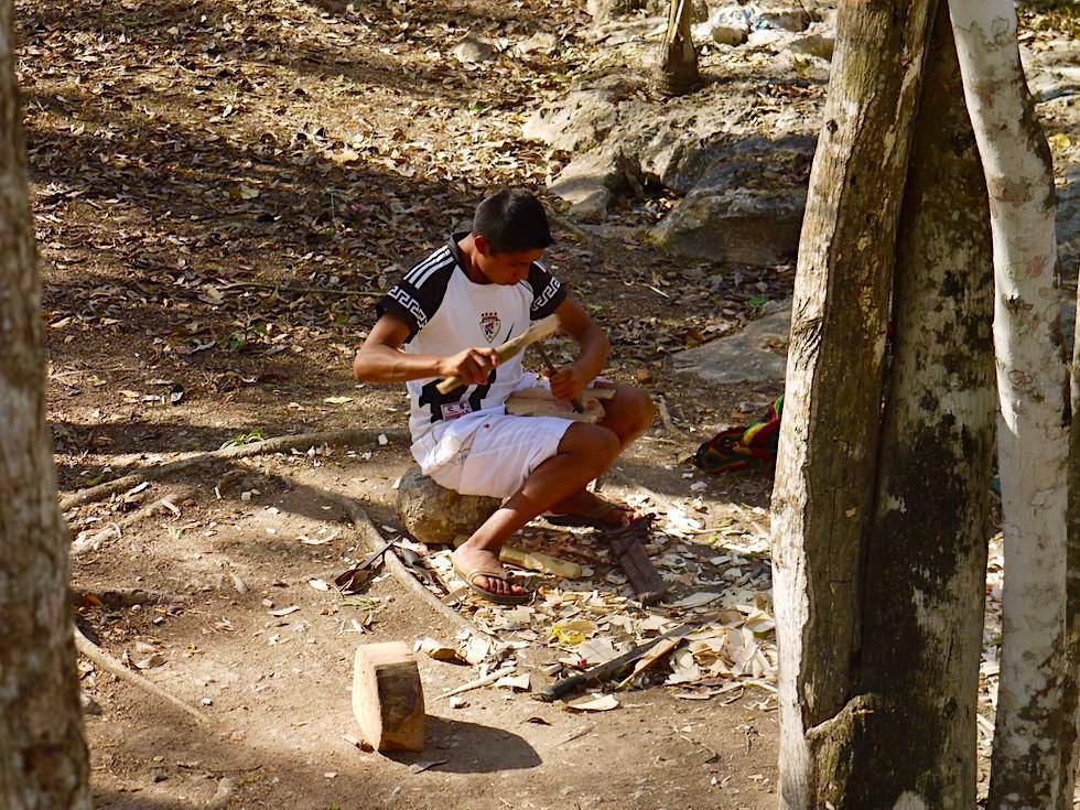 Chichen Itza - Kunsthandwerk: Künstler beim Schnitzen von Skulpturen - Yucatan - Mexiko
