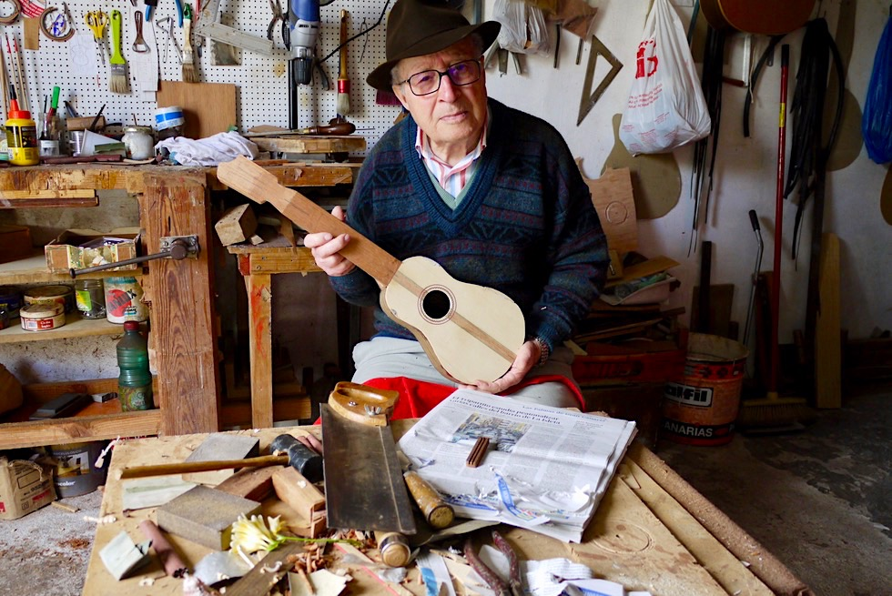 Firgas - Alter, stolzer Gitarrenbauer bei seiner Arbeit - Gran Canaria