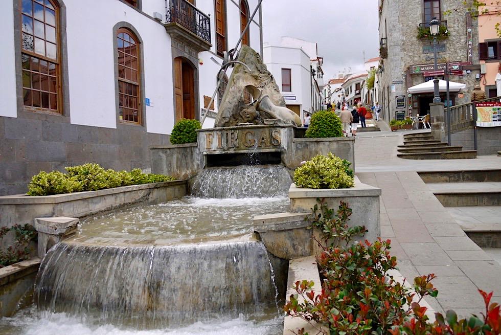 Firgas - Berühmter Wasserbrunnen im Zentrum: Paseo Gran de Canaria mit Skulptur - Gran Canaria