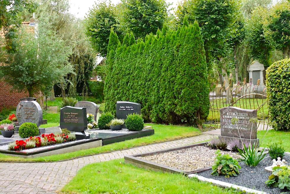 Schön angelegter Friedhof bei der Uplewarder Kirche - Krummhörn - Ostfriesland