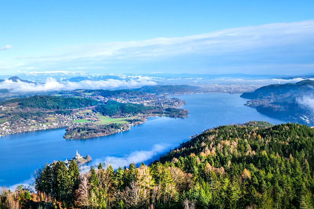 Grandioser Ausblick vom Pyramidenkogel auf den Wörthersee im Winter - Wahrzeichen Kärnten - Österreich