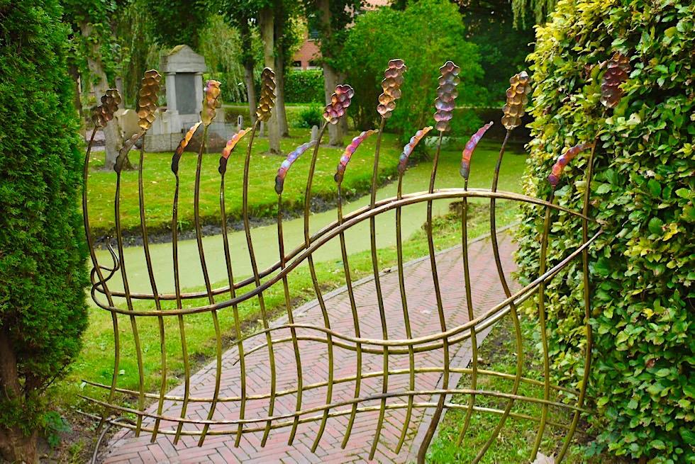 Upleward-Krummhörn - Faszinierend schönes Schmiedekunst-Eingangstor zum Friedhof des Künstlers Lund - Ostfriesland