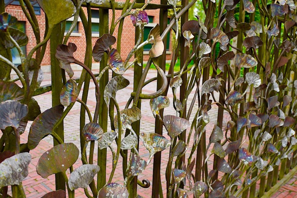 Upleward-Krummhörn - Eingangstore aus faszinierender Schmiedekunst zieren das Warfendorf - Ostfriesland