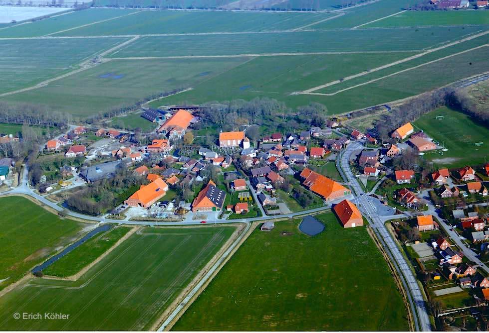 Rundwarfendorf Upleward aus der Vogelperspektive gesehen - Krummhörn - Ostfriesland