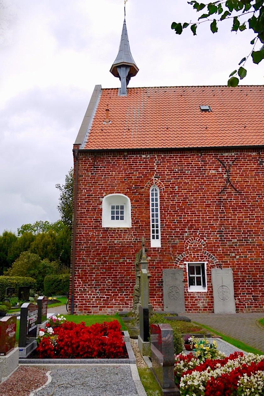 Uplewarder Kirche mit Kleeblattbogen & alten Grabplatten - Krummhörn - Ostfriesland
