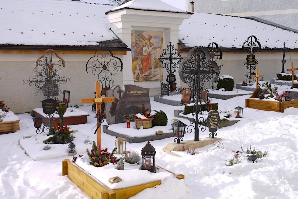Wallfahrtskirche Mariapfarr ist umgeben von einem schön angelegten Friedhof - Salzburger Lungau - Österreich