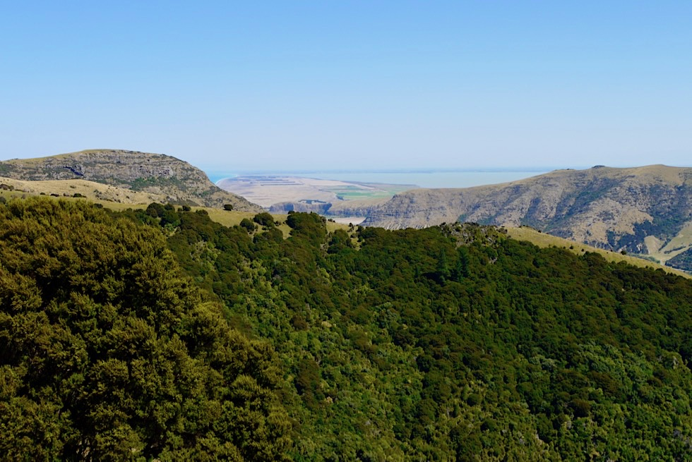 Banks Peninsula - Grandioser Ausblick auf die Bergrücken der Te Oka Region bis hinunter an die Südwestküste - Canterbury - Südinsel, Neuseeland