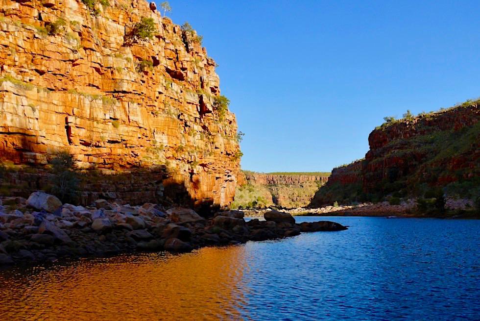 Chamberlain River Cruise - kurz vor Sonnenuntergang leuchten die Felsen der Chamberlain Gorge feurig - El Questro - Western Australia