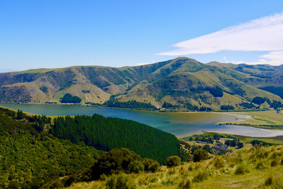 Faszinierender Ausblick auf den Lake Forsyth und das Okuti Valley - Banks Peninsula - Canterbury - Südinsel Neuseeland