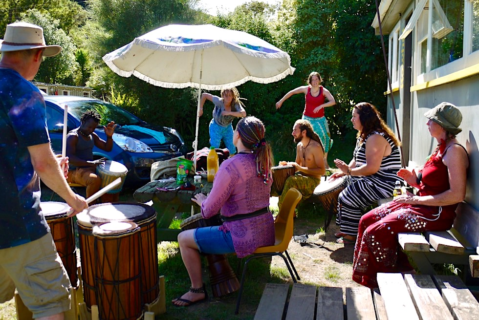 Little River Campground: Vorbereitung zum Drum Festival - Banks Peninsula südlich von Christchurch - Südinsel Neuseeland