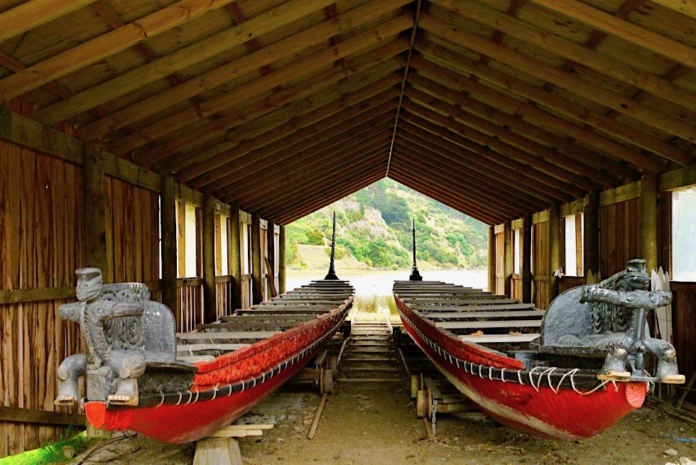 Maori Museum: Waka oder geschmücktes Kanu, auf dem die Maori rudern am Waitangi Day - Okains Bay, Banks Peninsula Roadtrip - Südinsel Neuseeland