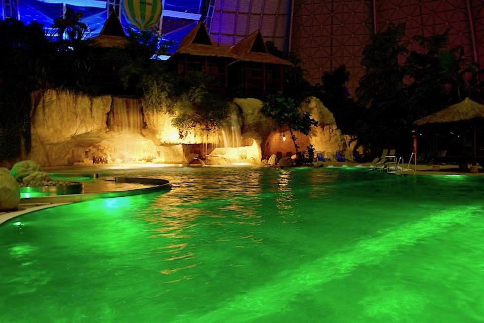 Tropical Islands bei Nacht: die wunderschön beleuchtete, smaragdgrüne Lagune - Brandenburg