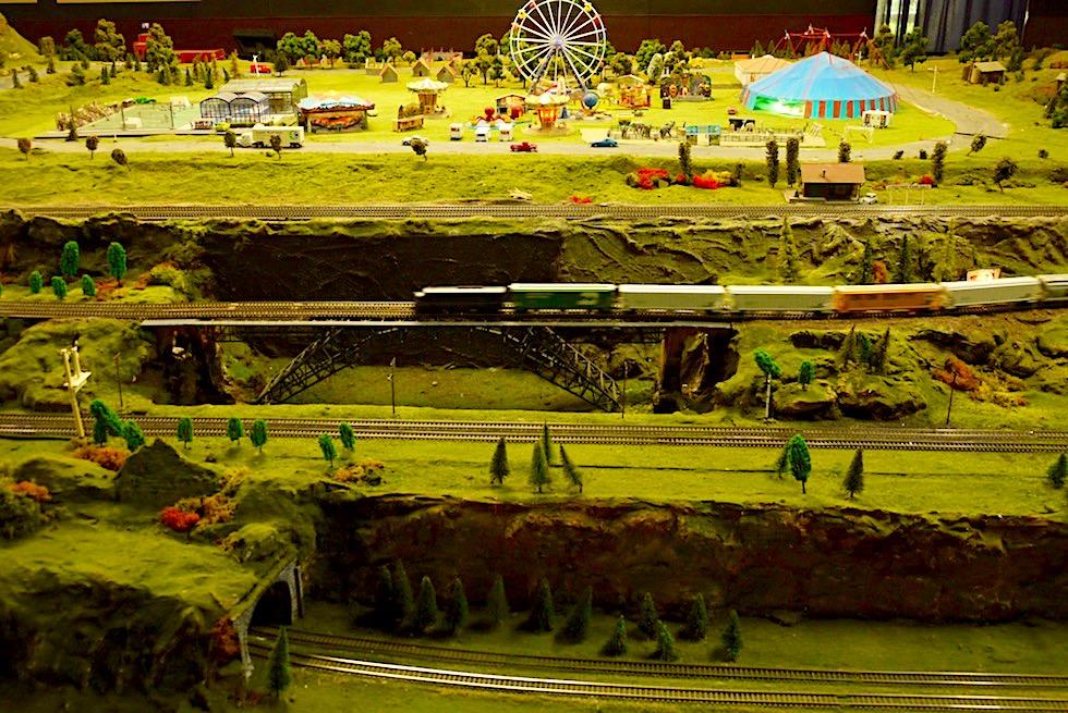 Lakeside Modelleisenbahn - Miniaturwelt mit Zügen, Schienen, Rummel & grünen Hügeln - Umland von Melbourne - Victoria