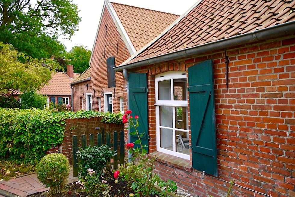 Malerisches Rysum - Backsteinhäuser, enge Gassen, blühende Vorgärten - Zauberhafte Warfendörfer der Krummhörn - Ostfriesland