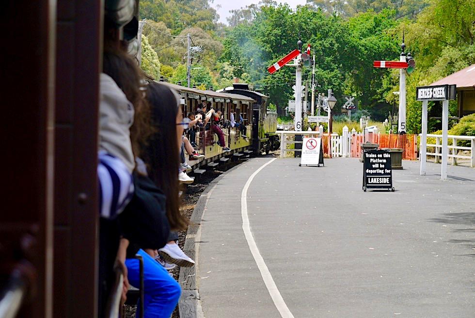 Menzies Creek - Puffing Billy: Weiterfahrt mit historischer Dampflok - Dundenong Ranges bei Melbourne - Victoria