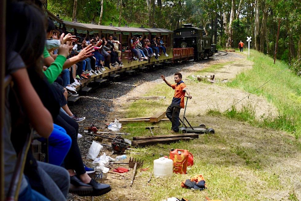 Fahrt mir der historischen Puffing Billy Damplok durch die Dundenong Ranges bei Melbourne - Victoria