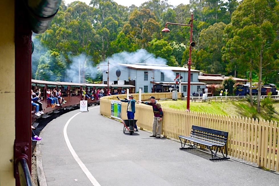 Puffing Billy Railway - Abfahrt der historischen Dampflok in Belgrave - Dundenong Ranges - Victoria