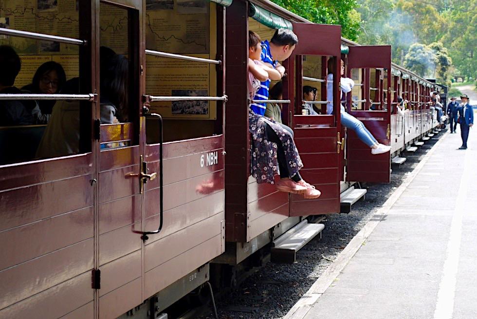 Puffing Billy Railway - Halboffene historische Zugwagons - Dundenong Ranges - Victoria