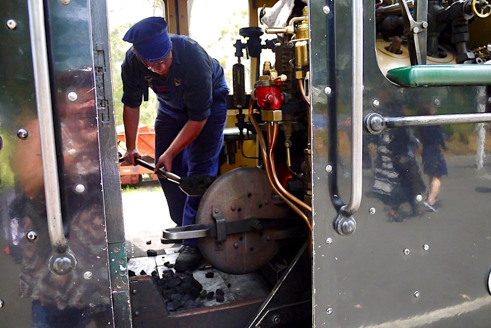 Puffing Billy Railway - Vorbereitung auf den nächsten Abschnitt: Kohle schippen - Dundenong Ranges bei Melbourne - Victoria