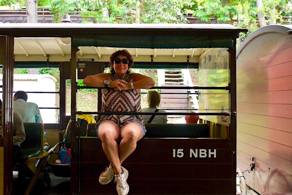 Puffing Billy Railway - Das Sitzen auf der Außenwand der Wagons ist erlaubt: so macht die Fahrt am meisten Spaß - Victoria