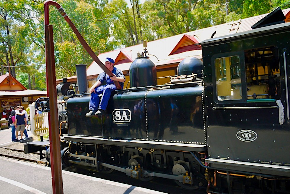 Puffing Billy Museumsbahn - Wassertanks befinden sich an der Seite der Tenderlokomotive - Lakeside: Naherholungsgebiet von Melbourne - Victoria