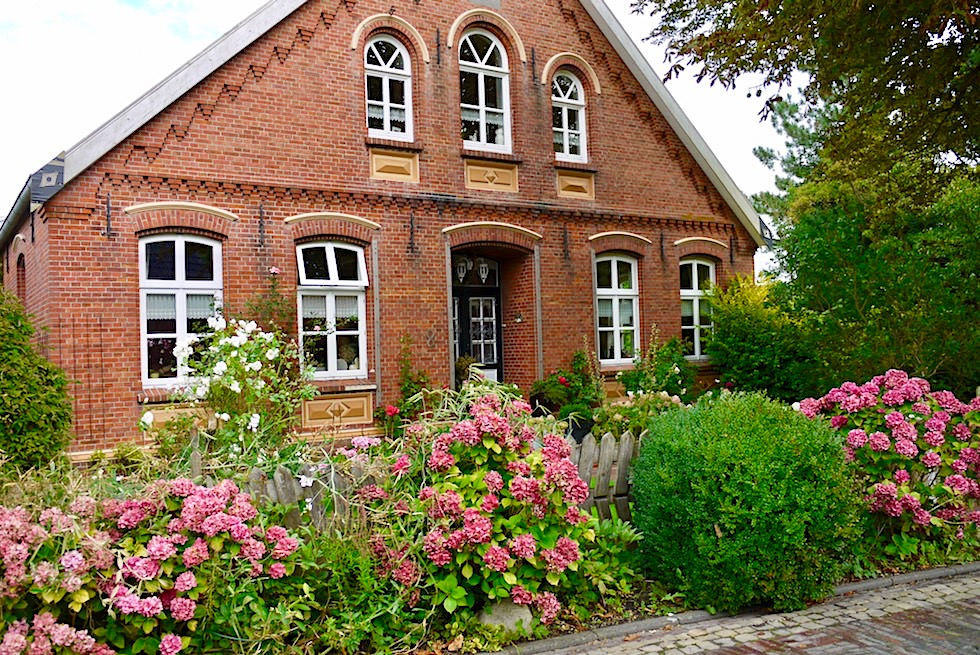 Idyllisches Rysum - Prachtvolle Backsteinhäuser & blühende Vorgärten - 18 Krummhörner Warfendörfer - Ostfriesland
