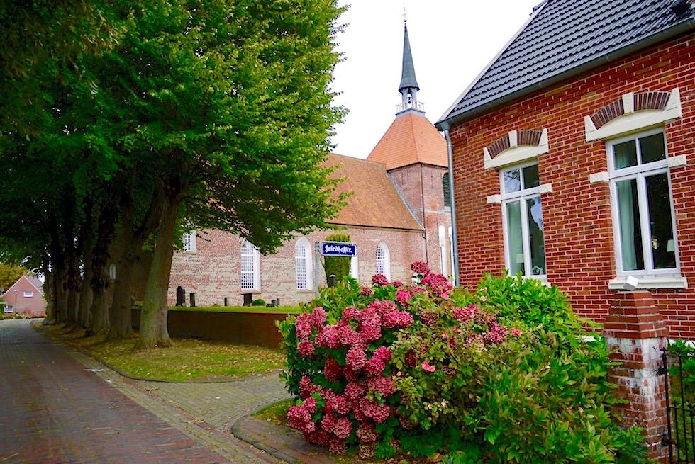Die Rysumer Kirche liegt auf dem höchsten Punkt des Warfendorfs - Ferienregion Krummhörn - Ostfriesland