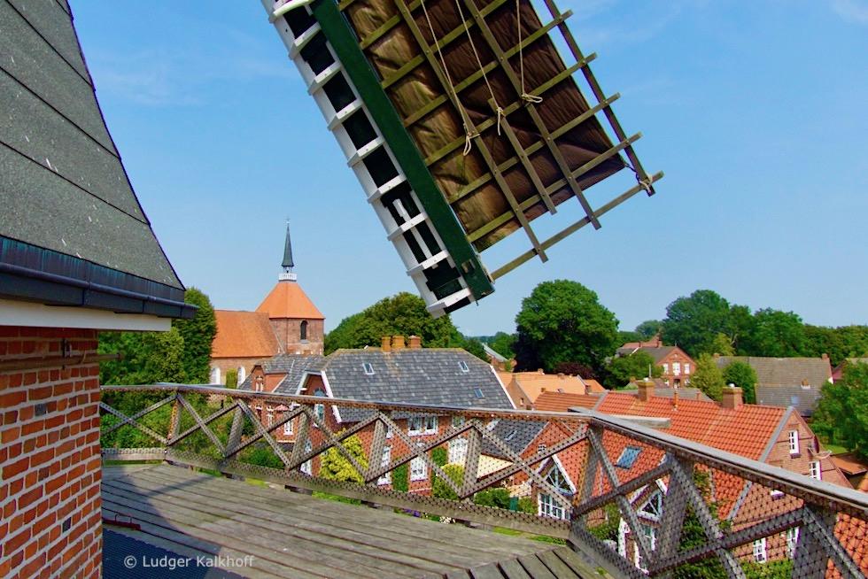 Rysum Mühle: Herrlicher Ausblick von der Galerie auf das Warfendorf - Krummhörn - Ostfriesland
