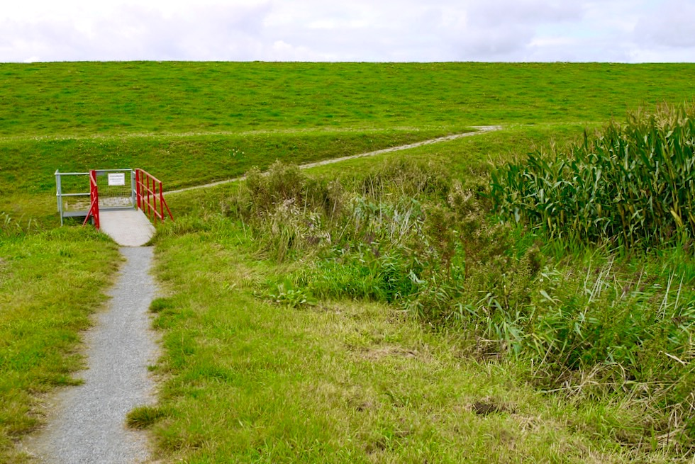 Rysum Krummhörn - Zugang über den Seedeich zum historischen Warfendorf - Ostfriesland