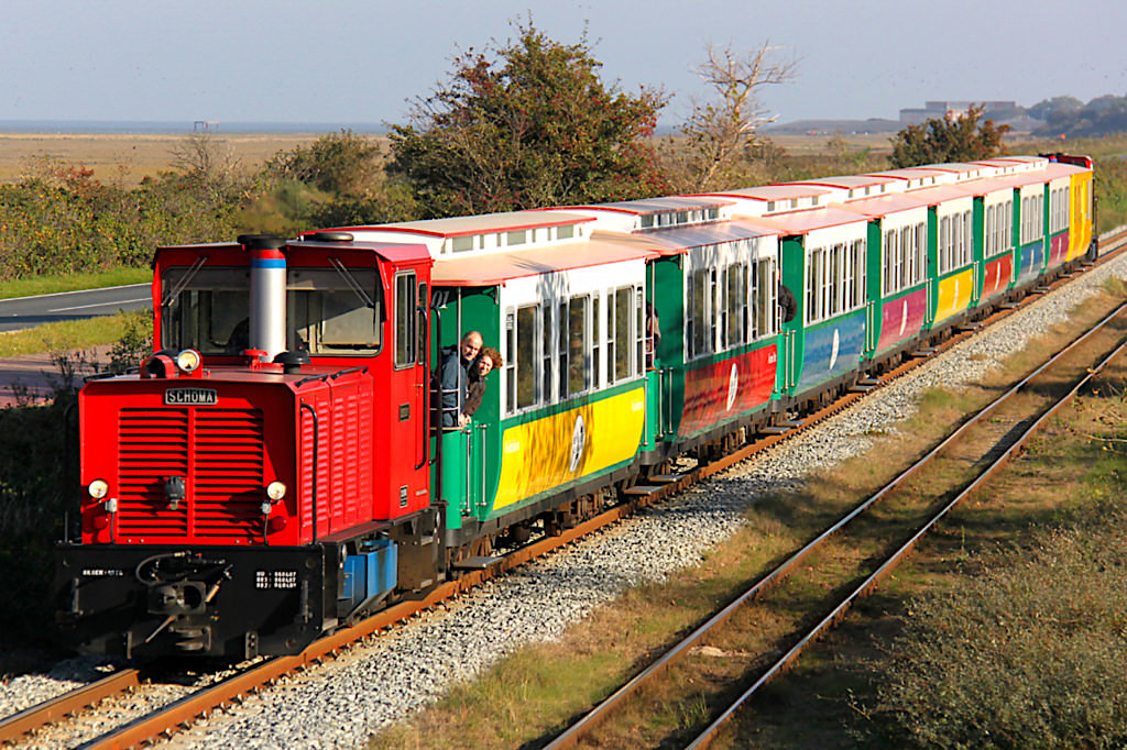 Lustig bunte Borkumer Kleinbahn oder Inselbahn - eine der Touristenattraktionen auf Borkum - Ostfriesische Inseln - Niedersachsen