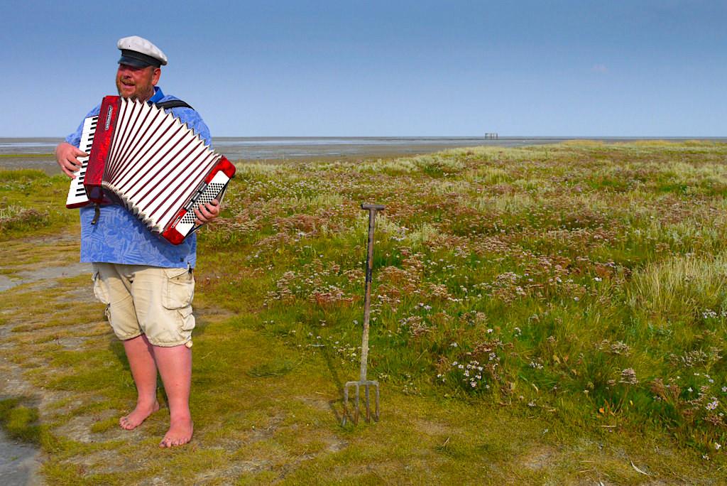 Borkum - Eindrucksvolle Wattführung von Albertus Akkermann mit Akkordeon & Liedern - Ostfriesische Inseln