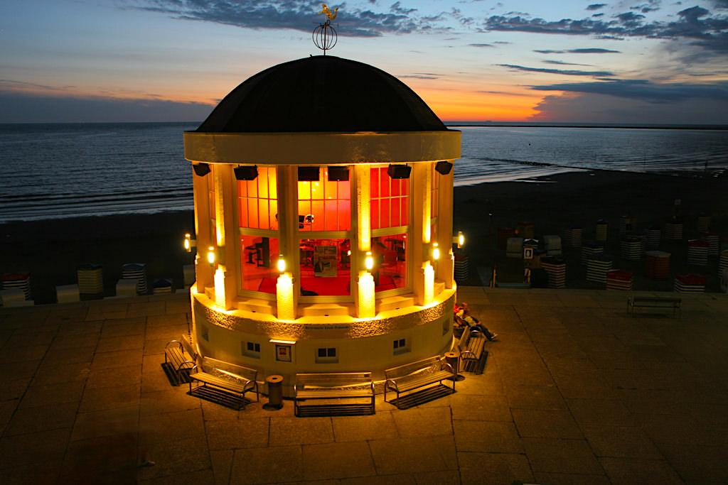 Borkum - Beleuchteter Musikpavillon bei spektakulärem Sonnenuntergang - Ostfriesische Inseln